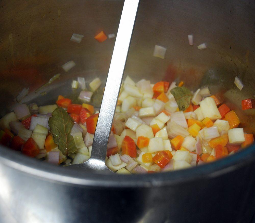Zubereitung der Tomaten-Consommé Teil 1