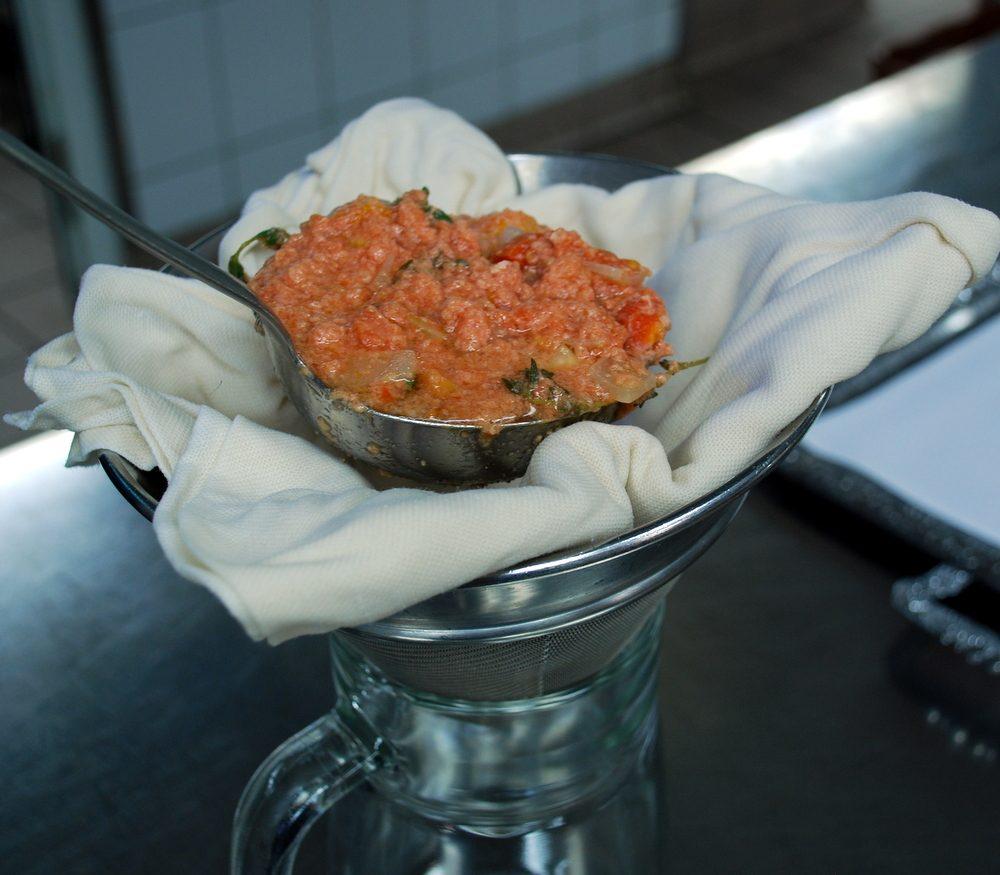 Zubereitung der Tomaten-Consommé Teil 2