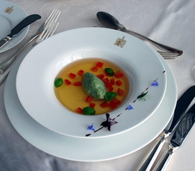 Tomaten-Consommé mit Basilikum-Grießnocken