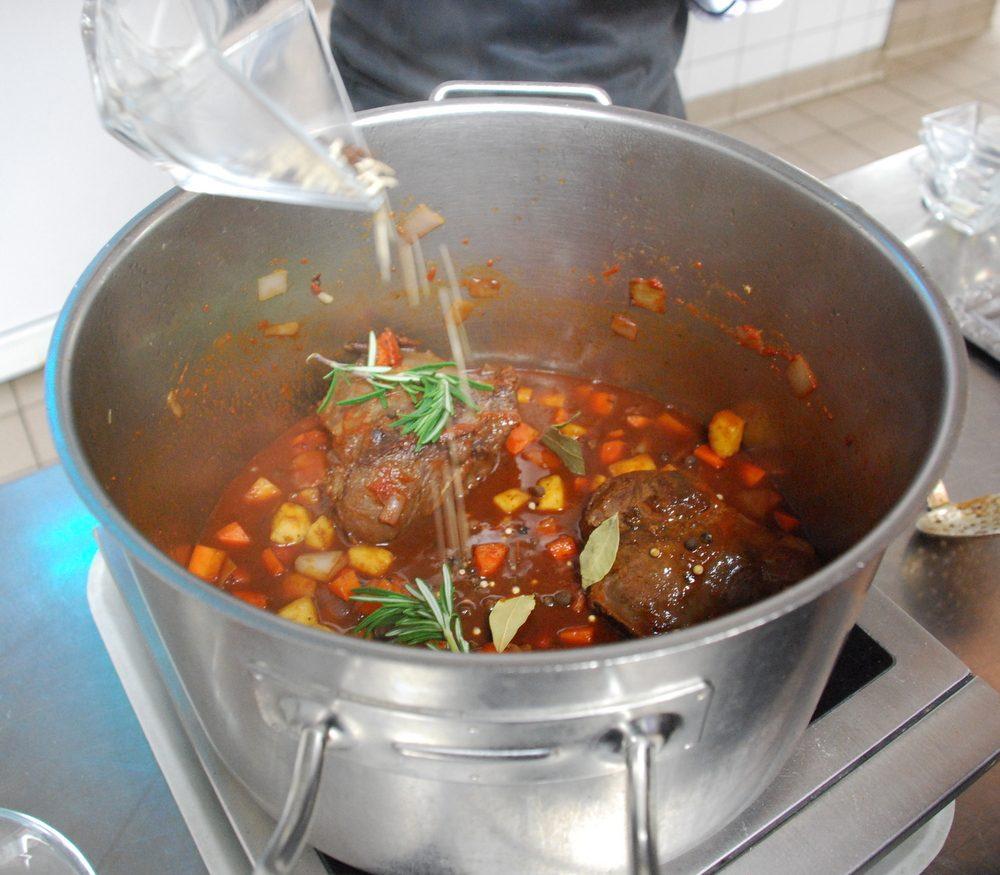 Rosenkohl und Polenta zubereiten